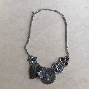 NEW silver color abstract flowers necklace